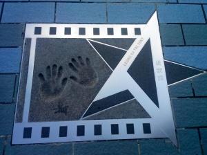 Salah satu cap tangan selebriti di Avenue of Stars